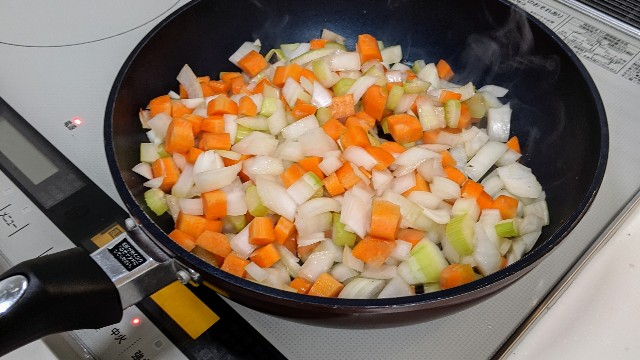 スタッフィング用の野菜を炒めている写真