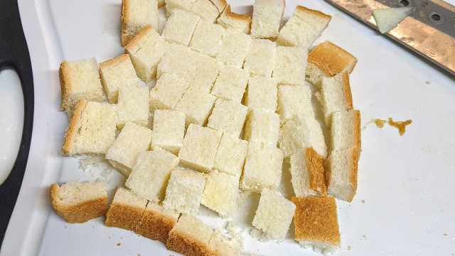 食パンを切っている写真