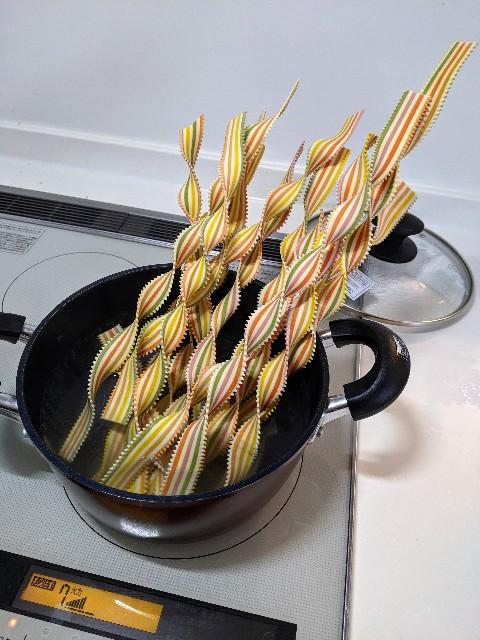 ロングパスタを鍋に突っ込んだ写真(半分以上はみ出ている)