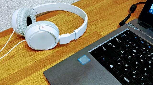 パソコンとヘッドフォンの写真