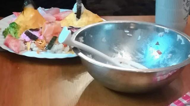 テーブルにボールと作成中のひな人形ちらし寿司の写真