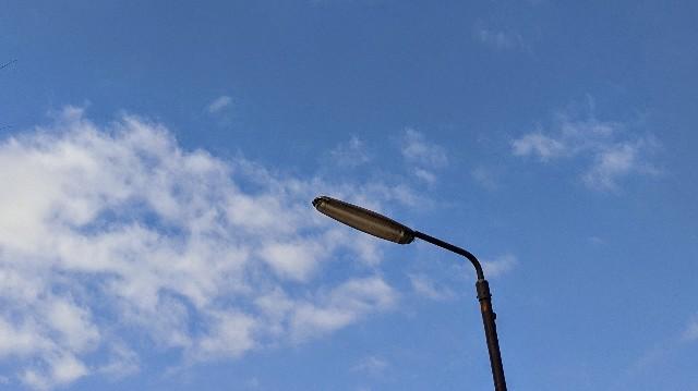 青空と街頭の写真