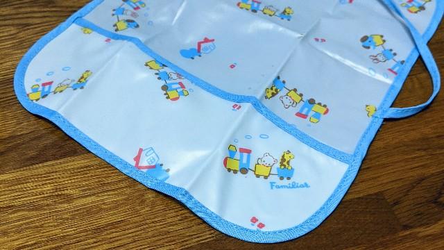 平面ポケット付きタイプの赤ちゃん食事用エプロンの写真