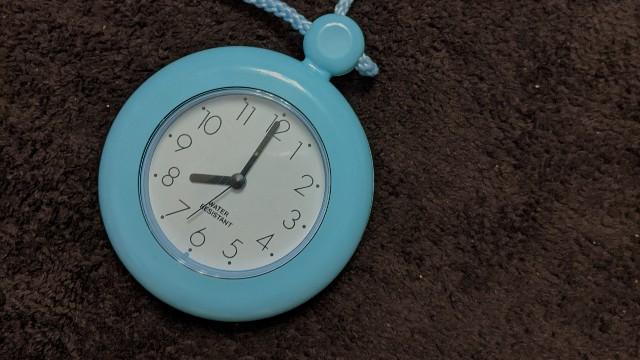8時を指す時計の写真