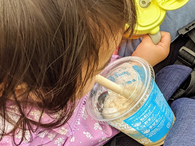 ファミマのフラッペを飲む子供の写真