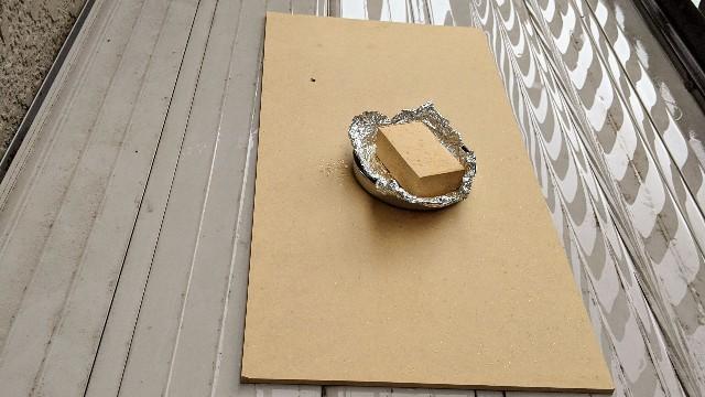 自宅のベランダで燻製するために仮置きして安定性を確認している写真