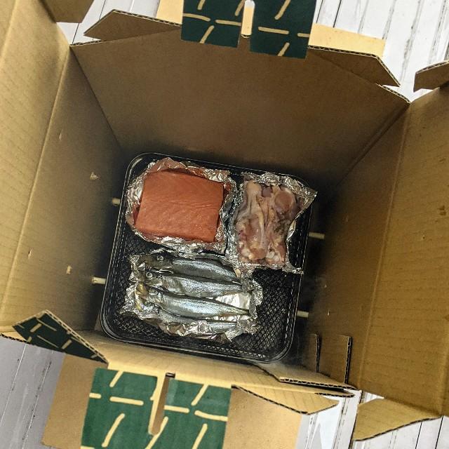 燻製する食材(サーモン、シシャモ、肉)の写真