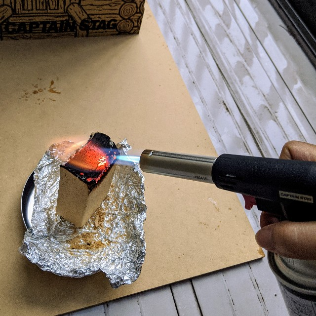 スモーキングブロックを再着火している写真
