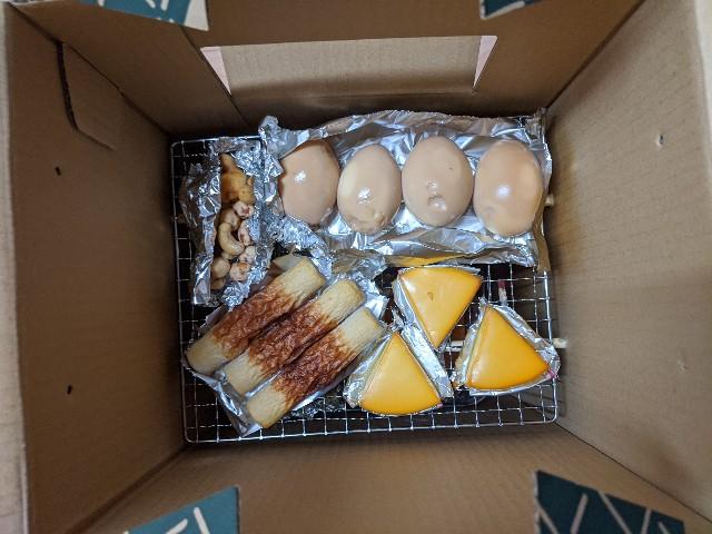 自宅のベランダで燻製した食材の写真(たまご、チーズ、ちくわ、ミックスナッツ)