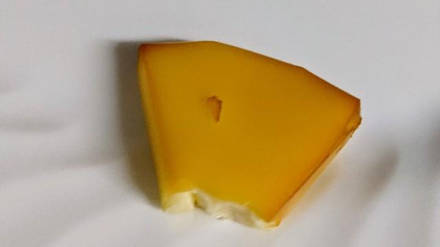 自宅のベランダで燻製したチーズの写真