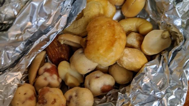 自宅のベランダで燻製したミックスナッツの写真