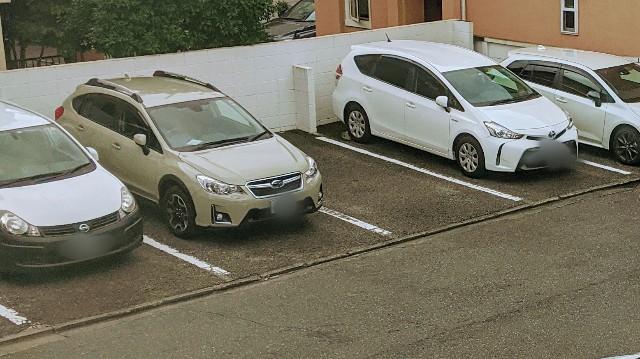 社用車が数台停められているいる写真