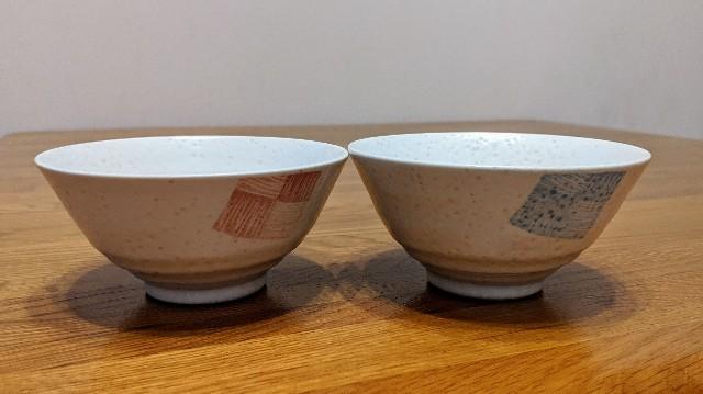 机の上の夫婦茶碗の写真