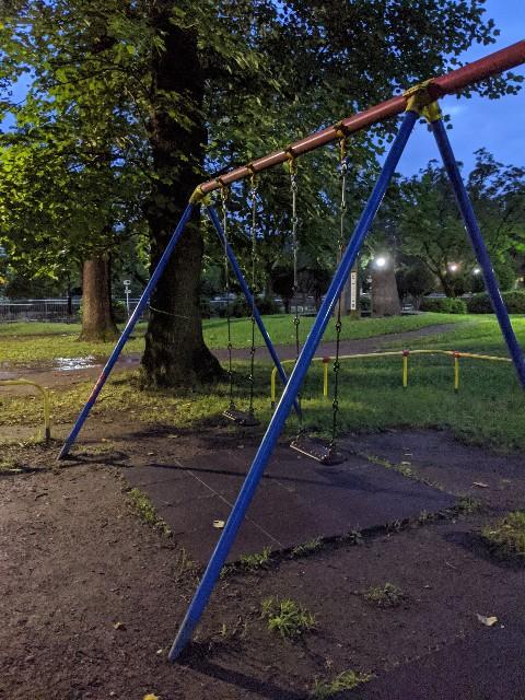 夜の公園のブランコの写真