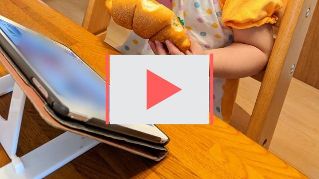 YouTubeを見ながら朝食を食べる子供の写真