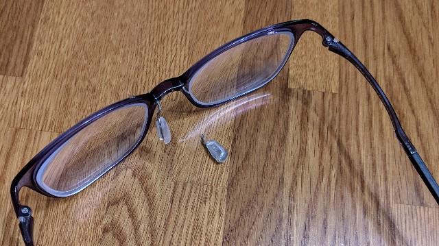 鼻パッドの金具部分が折れた眼鏡の写真