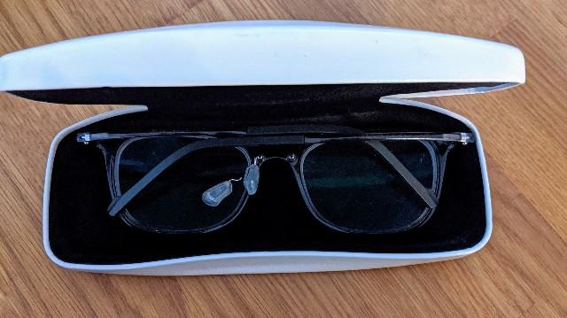 眼鏡ケースに入った鼻パッドの金具部分が折れた眼鏡の写真