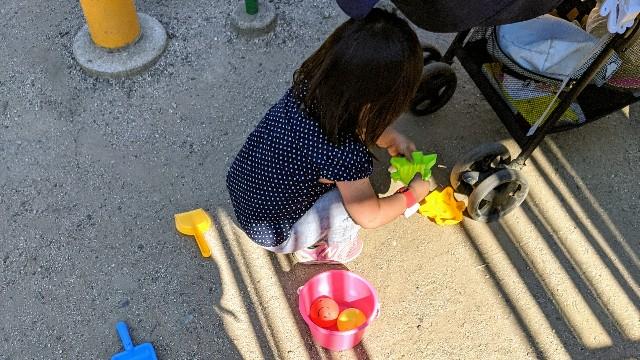 公園で遊んでいる2歳の子供の写真