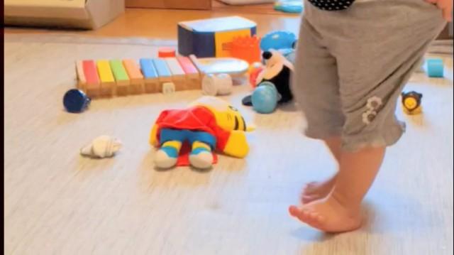 家の中で遊んでいる2歳の子どもの写真