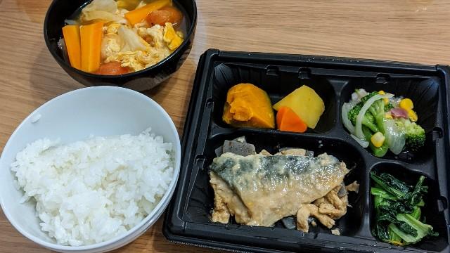 ワタミの宅食(まごころ手鞠)サバの味噌煮とご飯と味噌汁の写真