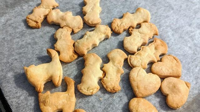 バターなしのシンプル型抜きクッキーの写真