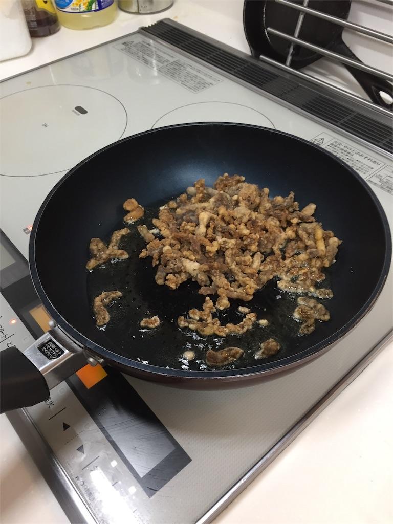 コープデリミールキット(チンジャオロースー)の調理過程(2.肉をカリッといためる)