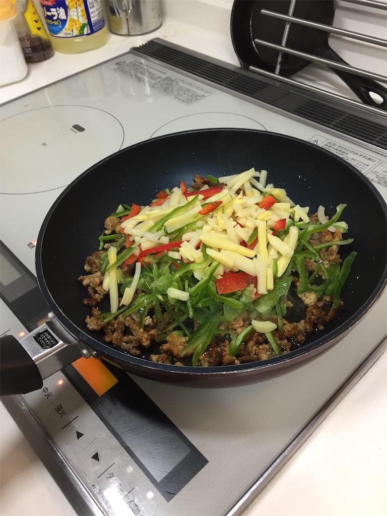コープデリミールキット(チンジャオロースー)の調理過程(3.野菜を加えて炒める)