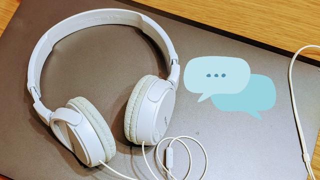 パソコンとヘッドホン、オンライン英会話のイメージ写真