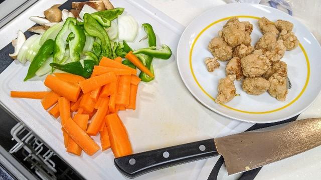 生協の酢豚を作るのに使った増しましの野菜とレンチンした豚唐揚げの写真