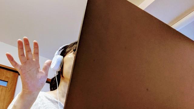 オンライン英会話でパソコンに向かって挨拶している写真