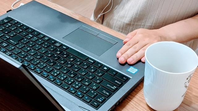 オンライン英会話でパソコンに向かっている写真