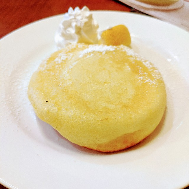 グラッチェガーデンズ「おかわり自由パンケーキセット」のレモンパンケーキの写真