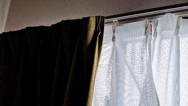 不穏なカーテンの写真