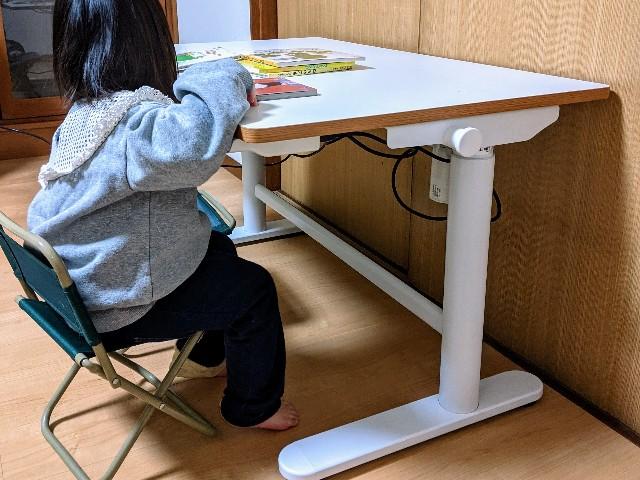 FlexiSpotの昇降式学習机に子供が座った写真