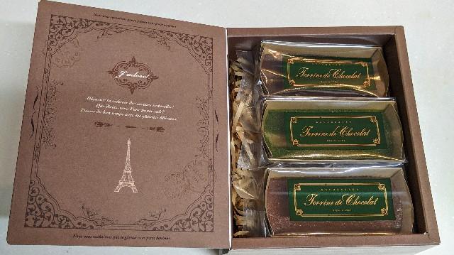 3種のテリーヌ ドゥ ショコラ 食べ比べセットの箱を開けた写真
