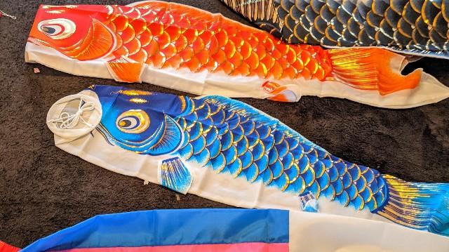 久宝堂鯉のぼりを床に置いている写真