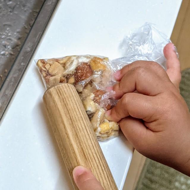 10gのミックスナッツを砕いている写真