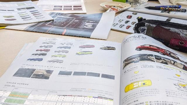 車の商談会に参加したときの机の上の写真