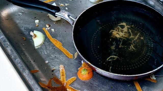 調理後のぐちゃぐちゃな流し場の写真
