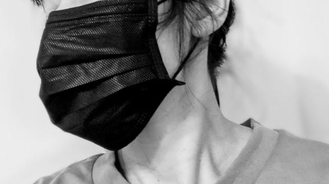 黒いマスクをした女性の写真