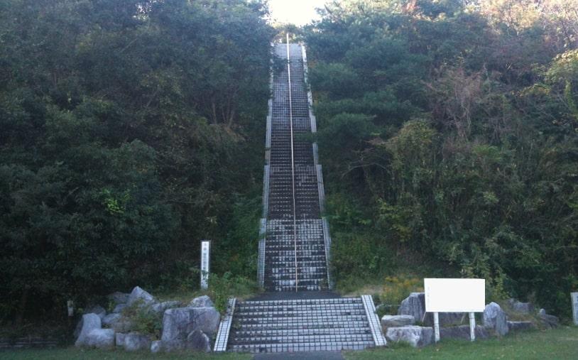 朝比奈が上り下りしている階段の画像