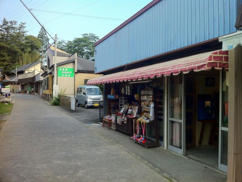 法多山入り口 右手前に雑貨屋