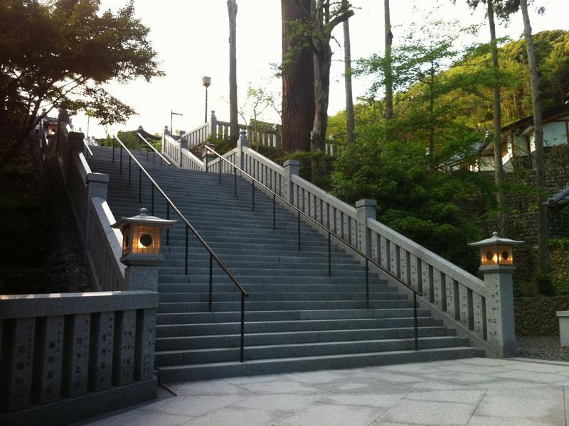 法多山本堂への階段
