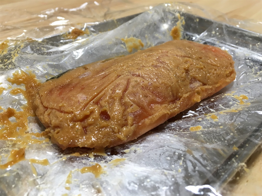 鮭に柚子胡椒と味噌、みりんを混ぜたソースを塗る