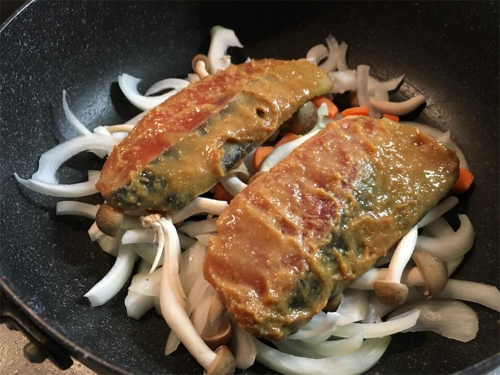 野菜の上に鮭の柚子味噌漬けを載せる