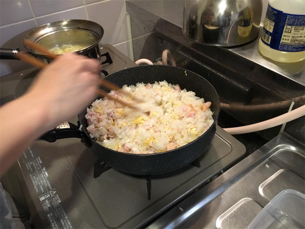 ご飯と具材を炒める