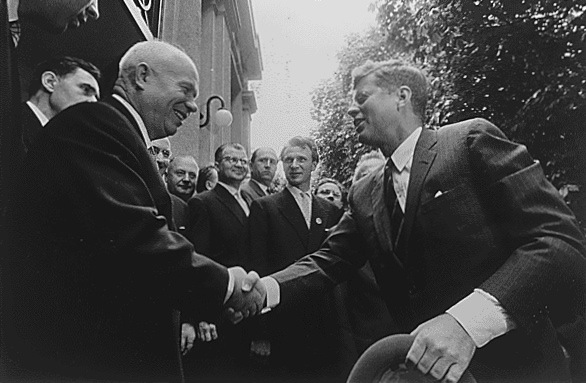 固い握手を交わすフルシチョフとジョンFケネディ