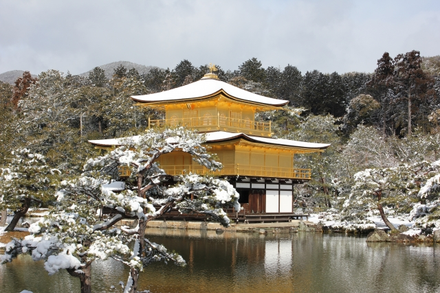 室町時代を代表する金箔張りの豪華な建築物、その裏では・・・