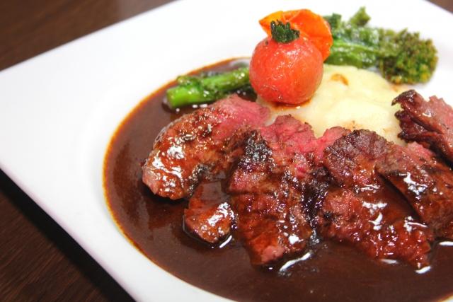 生の肉に赤ワインを振りかけておくと、肉の表面が酸で固まり、旨味の多く含まれている肉汁が調理中に逃げない