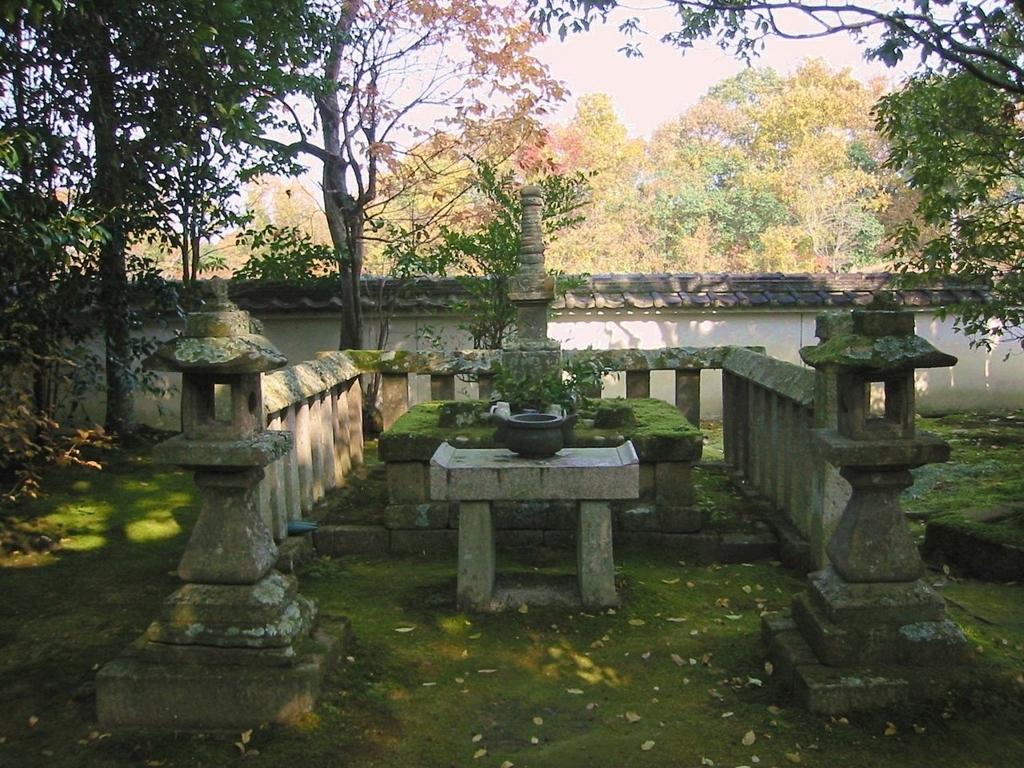 兵庫県加東市安国寺にある義教の首塚とされる塔